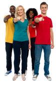 Joyeux groupe d'adolescents pointant vers vous — Photo