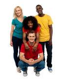 Gruppe von vier glücklichen jungen — Stockfoto