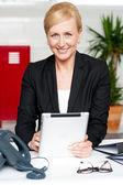 Allegra imprenditrice tenendo il tablet pc — Foto Stock