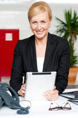 Tablet pc holding neşeli iş kadını — Stok fotoğraf