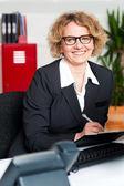Executivo feminino, escrevendo notas na área de transferência — Foto Stock
