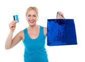 Çanta ve kredi kartı tutan müşteri kadın — Stok fotoğraf