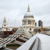 St paul's cathedral och millennium bridge — Stockfoto