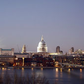 St Paul's Cathedral over Thames River — Stock Photo