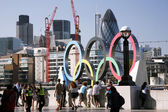 Olympic rings on the North Bank of the Thames River — Stock Photo
