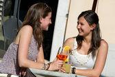 Dvě mladé ženy fandění s studené nápoje — Stock fotografie