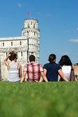 四个朋友度假前往比萨 — 图库照片