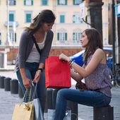 ショッピングの後都市に若い女性 — ストック写真