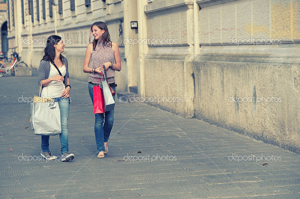 Young Women in the city after Shopping, Italy — Stock Photo #11219748