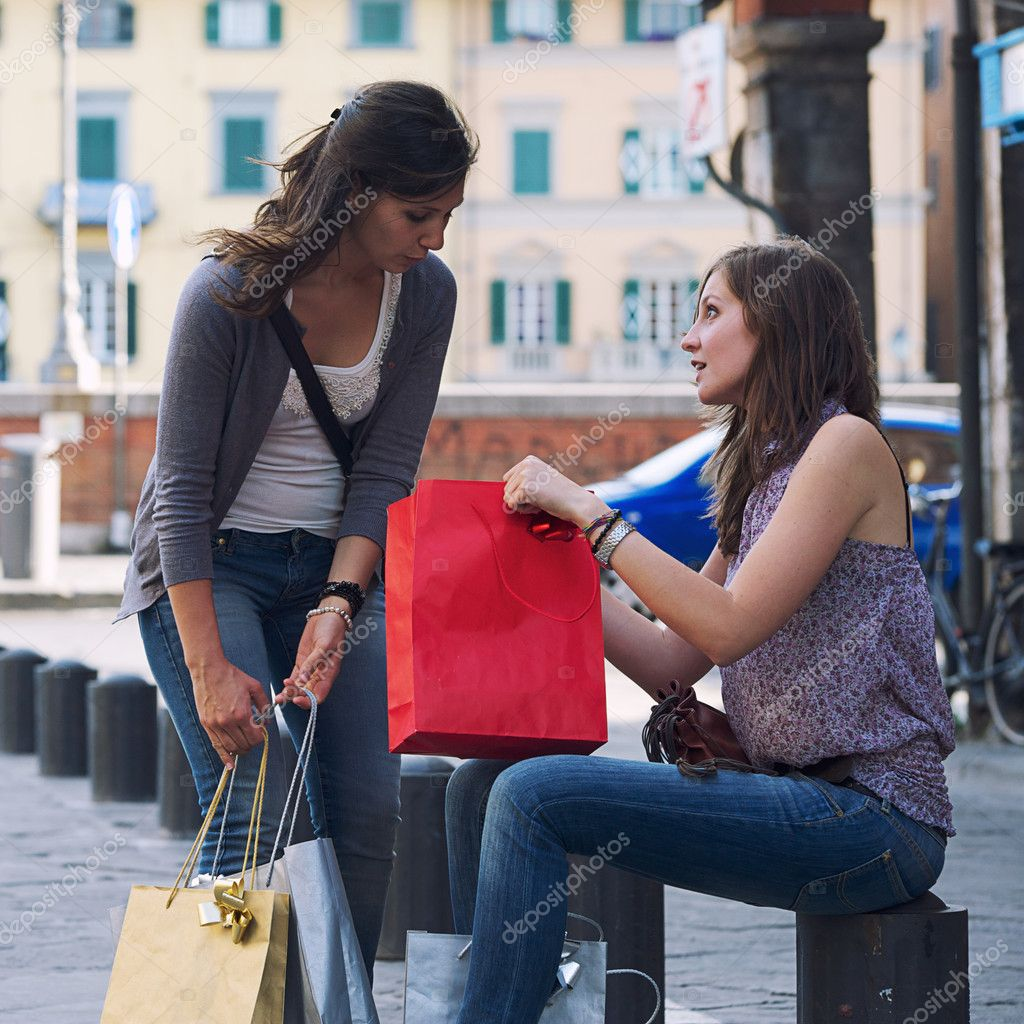 Young Women in the city after Shopping, Italy — Stock Photo #11219783