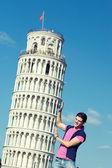 Pisa Kulesi olan genç adam — Stok fotoğraf