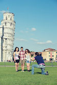 Group of Friends Taking Photo with Pisa Leaning Tower — Stock Photo