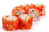 Uramaki. kalifornien-klassiker. krabbenfleisch, gurke, avocado, tobik — Stockfoto