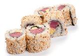 Uramaki z tuńczykiem. na białym tle. tuńczyk, ryż, sezam zobacz — Zdjęcie stockowe