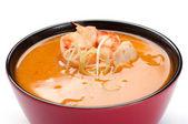 Soep. thaise soep. op een witte achtergrond. tiger garnalen, kip, s — Stockfoto