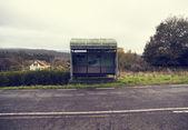Landsbygdens busshållplats med en vintage stil — Stockfoto