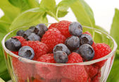 Rasberries and blueberries — Stock Photo