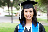 красивая молодая азиатская женщина в градации шапку и халат — Стоковое фото
