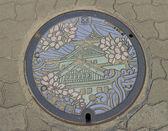 Studzienka kanalizacji z osaka castle zdjęcia — Zdjęcie stockowe