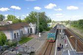 Arrivo del treno per la stazione ferroviaria — Foto Stock