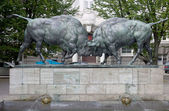 "Sculpture ""Fighting aurochs"", Kaliningrad, Russia — Stock Photo"