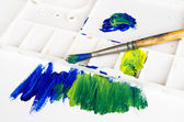 Old paint brush and palette — Stock Photo