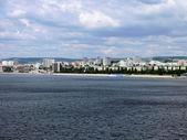 Uitzicht op de stad van saratov vanaf de brug door middel van de wolga in juli 2012. — Stockfoto