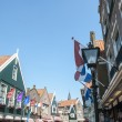 VOLENDAM, HOLLAND - MAY 28: Main street that connects Volendam t — Stock Photo
