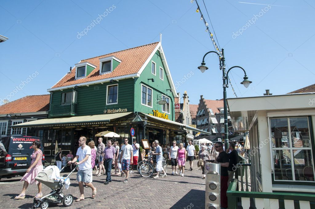 VOLENDAM, HOLLAND - MAY 28: Main street that connects Volendam to the village of Edam. May 28, 2012 in Volendam. — Stock Photo #11226842