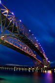 在晚上垂直桥 — 图库照片