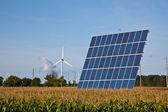 Solární panel v kukuřičném poli — Stock fotografie