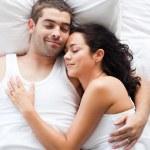 novio y novia junto en la cama — Foto de Stock