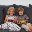 Foto Stock: Sibling playing video games