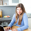 Positve woman with a laptop — Stockfoto