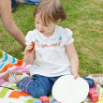 Portret van een klein meisje met een picknick — Stockfoto