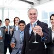 シャンパンで乾杯満足して多様なビジネス グループ — ストック写真