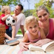 Foto Stock: Happy young family enjoying a picnic