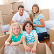 Smiling family packing boxes — Stock fotografie