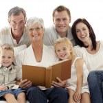 lecture d'un livre de ses enfants et les parents de grand-mère — Photo