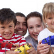Portrait of family playing video games at home - Foto Stock