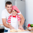 Portrait of a smiling father and his son preparing a meal - Foto Stock