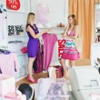 Teen women choosing clothes together — Stockfoto