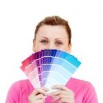Linda mujer caucásica detrás de muestra del color — Foto de Stock