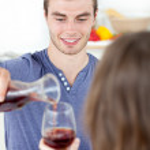 attraktiv man äter middag med sin flickvän som dricker vin — Stockfoto