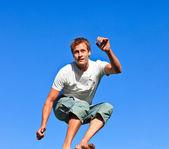 Açık havada atlama yakışıklı bir adam portresi — Stok fotoğraf