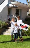 Pozitivní rodina drží plakat — Stock fotografie