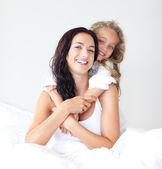 älskande ung mamma och hennes söta dotter — Stockfoto