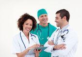 Vänlig sjuksköterska med manliga läkare och kirurg — Stockfoto