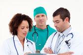 Młody zespół medyczny w dyskusji — Zdjęcie stockowe
