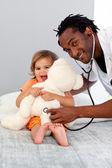 Fürsorglicher Arzt untersucht ein nettes Mädchen — Stockfoto